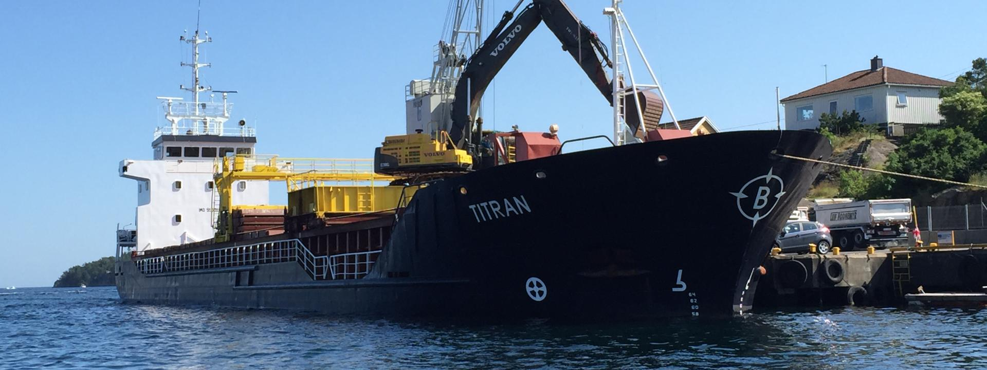 MS Titran discharge in Lillesand.